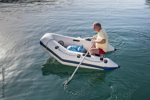 mann im schlauchboot von imaginis lizenzfreies foto 44097387 auf. Black Bedroom Furniture Sets. Home Design Ideas