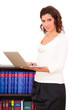 Frau mit Laptop im Büro