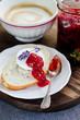 Brötchen mit Ziegenkäse und Erdbeermarmelade