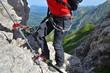 Bergsteiger mit Sicherung am Klettersteig