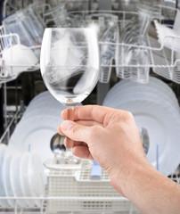 sauberes Glas aus dem Geschirrspüler