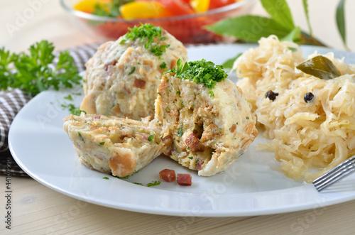 Deftige Speckknödel mit Sauerkraut