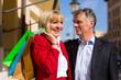 Älteres Paar macht Stadtbummel mit Shopping