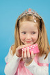 kleine Prinzessin mit Geschenk