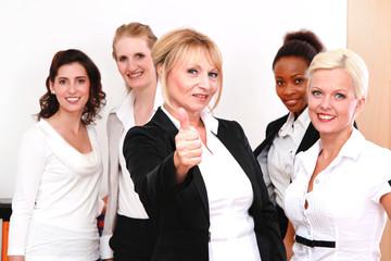 Die Chefin mit ihren Mitarbeiterinnen