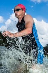 Triathlet rennt aus dem Wasser