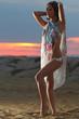 ragazza in spiaggia all'alba