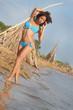 ragazza caraibica in spiaggia con costume azzurro