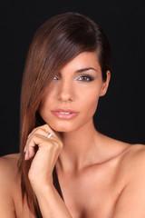 Portrait d'une jolie jeune femme brune portant une bague