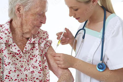 Vaccination d'une personne âgée