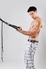 junger sportler trainiert bizeps mit suspension trainer