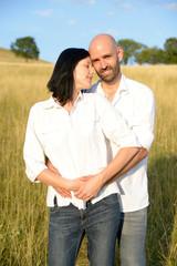 Glückliches Paar auf einer Wiese