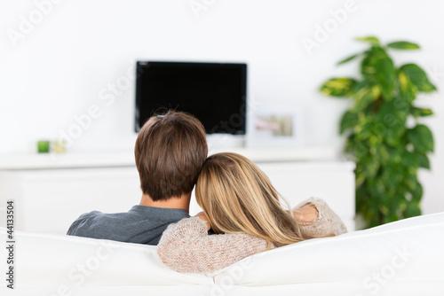 paar schaut fernsehen