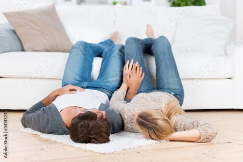 glückliches paar liegt auf dem fußboden