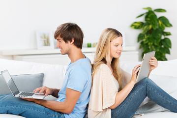 paar mit laptop und tablet