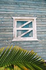 ventanita de la habitacion en la casa de la playa