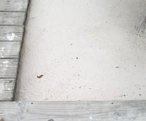 antiguo tablado de madera en el pasillo de la casa de la playa