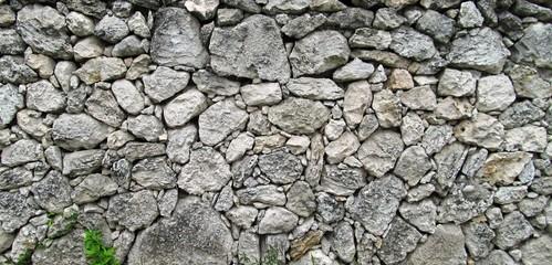 muro de piedras rodeando la antigua casa