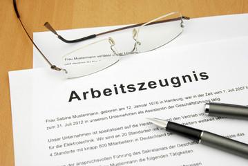Arbeitszeugnis Dokument mit Brille