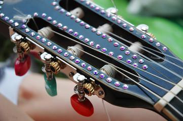 Paletta con strass di una chitarra