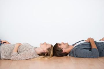 junges paar liegt kopf an kopf