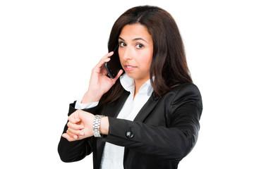 geschäftsfrau schaut beim telefonieren auf ihre uhr