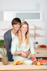 verliebtes paar in der küche