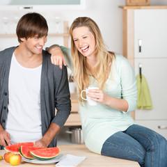 lachendes paar in der küche