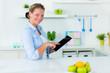 hausfrau mit touchpad in der küche