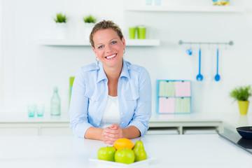 attraktive hausfrau in der küche