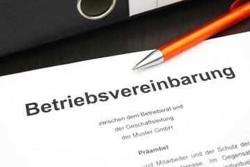 Betriebsvereinbarung mit Kugelschreiber