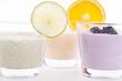 Frischer Joghurt mit Orangen, Limetten und brombeeren isoliert