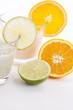 Frischer leckerer Joghurt mit Orangen und Limetten isoliert