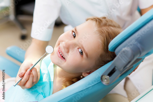 Poster Little girl visiting dentist