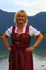 Frau mit Dirndl am See
