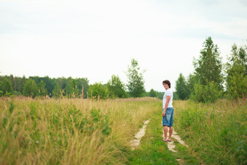Мужчина уходит по полевой дороге