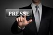 Mann drückt touchscreen button - Presse