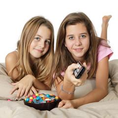 Enfants regardent la télévision au lit