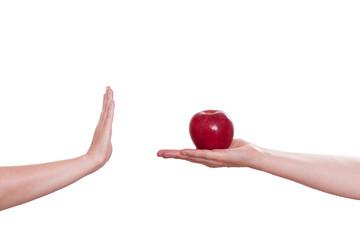 Hand lehnt einen Apfel ab