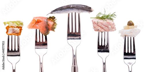 Kollektion verschiedener Sorten Fisch auf Gabel