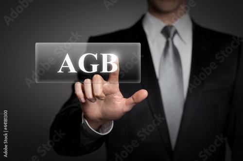Mann drückt touchscreen button - AGB