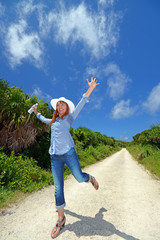 久高島の一本道を散策する女性
