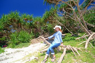 亜熱帯植物と笑顔の女性