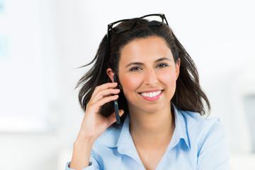 hübsche geschäftsfrau telefoniert mit dem smartphone