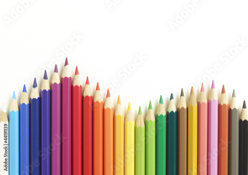 Farbige Buntstifte als Sinuskurve