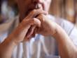 homme mains jointes écoute réflexion