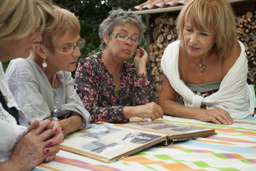 Senior - Femmes regardant un album photo