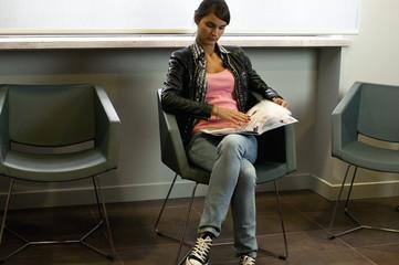 ragazza in sala d'attesa