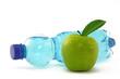 apfel mit wasserflaschen