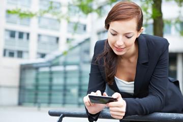 Frau mit Smartphone im Internet